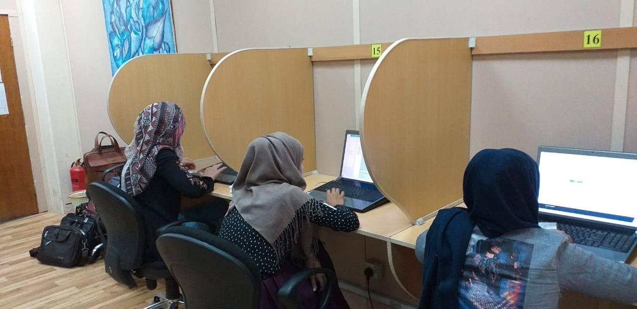 طالبات الدراسات العليا لكلية التربية للبنات يؤدين الامتحان الالكتروني في مركز الحاسبة