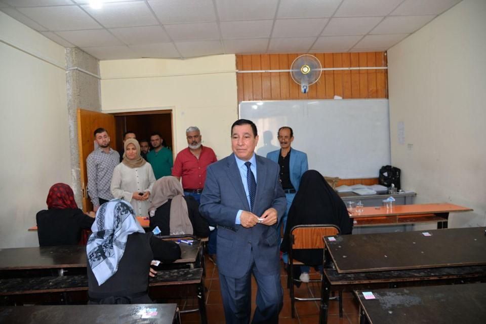 مساعد رئيس الجامعة للشوؤن الادارية يتفقد سير الامتحانات النهائية في كلية التربية للبنات